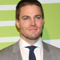 """De """"Arrow"""", Stephen Amell comenta destino de Felicity e Oliver e afirma: """"O Arqueiro não vai voltar"""""""