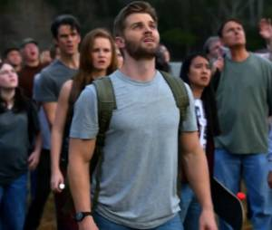 "Barbie (Mike Vogel) observa um acontecimento chocante em ""Under The Dome"""