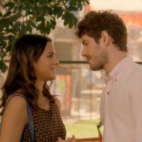 "Novela ""I Love Paraisópolis"": Benjamin beija Mari (Bruna Marquezine) na frente de Grego"