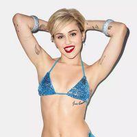 Miley Cyrus posa sensual e mostra tatuagens em foto de biquíni para nova campanha