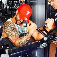"""Gusttavo Lima exibe braço musculoso em dia de malhação e ganha cantada de fã: """"Gostoso demais"""""""