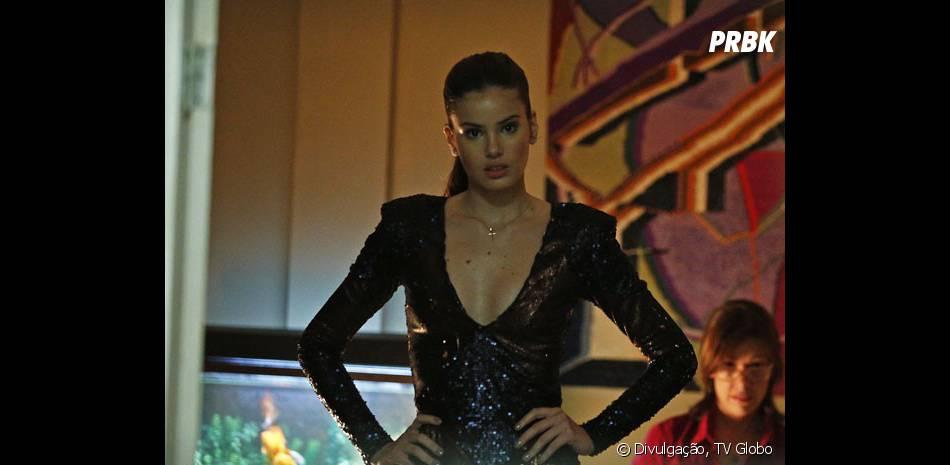 """Em """"Verdades Secretas"""", Angel (Camila Queiroz) exibe look sensual antes de sair de casa"""