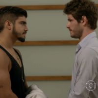 """Novela """"I Love Paraisópolis"""": Grego (Caio Castro) prende Benjamin (Maurício Destri) e ameaça o rival"""