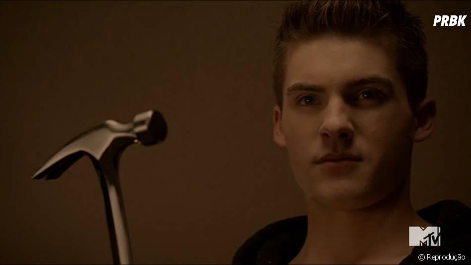 """Theo (Cody Christian) dá uma bronca em seus falsos pais e martela a mão de um deles por errar uma assinatura em """"Teen Wolf""""! WTF?!"""