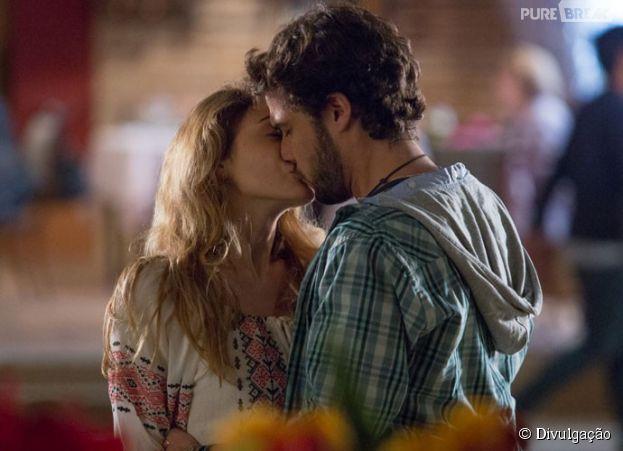 "Pedro (Jayme Matarazzo) e Júlia (Isabelle Drummond) se beijam em ""Sete Vidas"""
