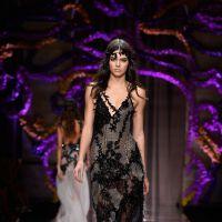 Kendall Jenner é transformada em emo e gótica para desfile da grife Versace no Paris Fashion Week