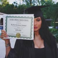 Kylie Jenner se forma no colégio e ganha festa cheia de twerk de Kim Kardashian e suas irmãs