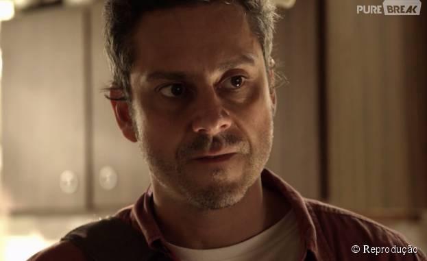"""Em """"A Regra do Jogo"""", Romero (Alexandre Nero) tem algumas atitudes suspeitas"""