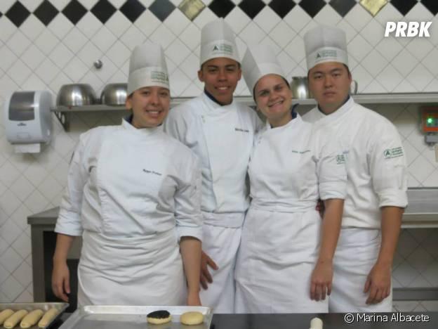 Marina Albacete comemora o relacionamento com os companheiros de cozinha