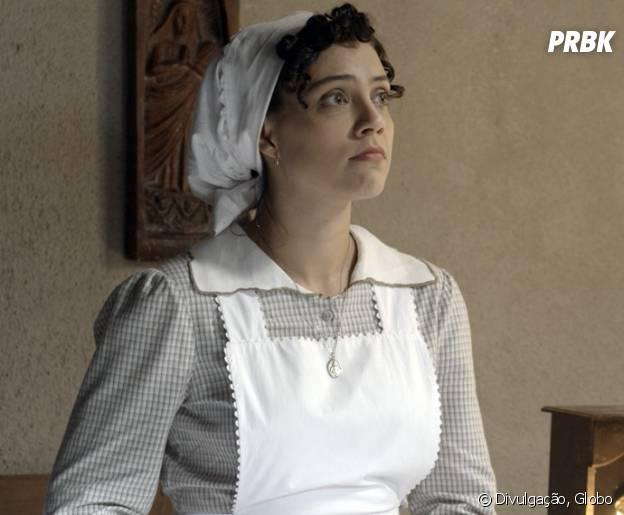 """Anita (Letícia Persiles) escuta o que Lívia (Alinne Moraes) fala sobre Vitória (Irene Ravache) em """"Além do Tempo"""""""