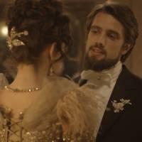"""Novela """"Além do Tempo"""": Lívia (Alinne Moraes) vê pedido de casamento de Felipe para Melissa!"""
