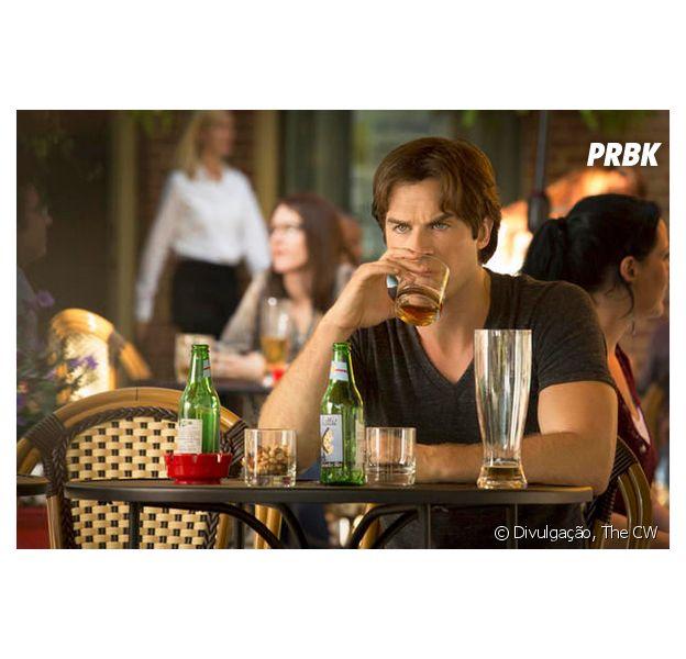 "Damon (Ian Somerhalder) aparece afogando as mágoas em ""The Vampire Diaries"""