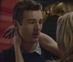 """Em """"Faking It"""",Karma (Katie Stevens) mentiu para Amy (Rita Volk) sobre Felix (Parker Mack) ser gay"""