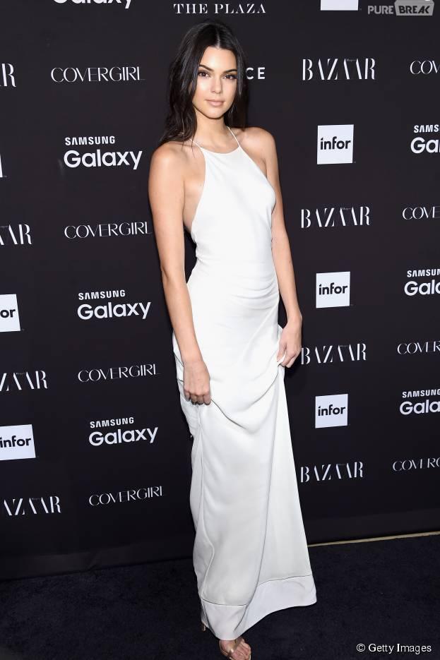 Kendall Jenner, após ter piercing no mamilo exposto por certos ângulos em vestido branco, confirma existência da jóia
