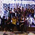 """Nego do Borel e dançarinos posam para foto no intervalo do """"Dança dos Famosos"""""""
