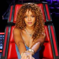 """No """"The Voice US"""": Rihanna aparece em primeiras imagens oficiais como conselheira dos jurados!"""