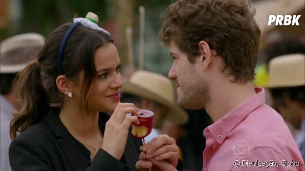 """Na novela """"I Love Paraisópolis"""", Ben (Maurício Destri) pede Mari (Bruna Marquezine) em casamento de brincadeira"""