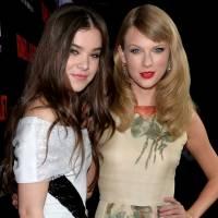 """Hailee Steinfeld elege seus 5 clipes favoritos da amiga Taylor Swift! Tem """"Bad Blood"""" e muito mais"""