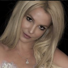 """Britney Spears publica foto enigmática e revela: """"Algo está a caminho""""!"""