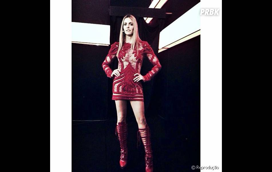 """Mas Fernanda Lima já havia usado outro look do estilistaSamuel Cirnansck. A vestiu uma peça vermelha cheia de transparências para apresentar o """"Amor e Sexo"""""""