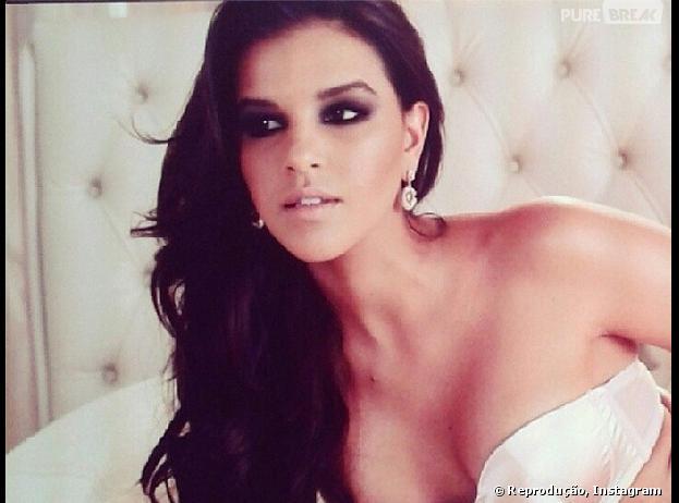 Mariana Rios posa sensualmente para marca de lingerie