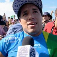 Gabriel Medina derrota Mick Fanning e Adriano de Souza se torna o mais novo campeão mundial de surf!