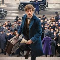 """Spin-off de """"Harry Potter"""": Newt (Eddie Redmayne) aparece na Nova York de 1920 em nova foto liberada"""