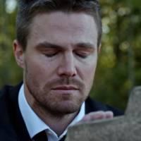 """Em """"Arrow"""": na 4ª temporada, Felicity morre? Oliver visita túmulo e procura por vingança em vídeo!"""