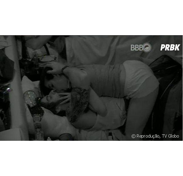 "Renan e Munik dão seu primeiro beijo no ""BBB16"""