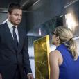 """Em """"Arrow"""", Oliver (Stephen Amell) se sente mal por esconder segredo de Felicity (Emily Bett Rickards)"""