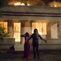 """Em """"A Regra do Jogo"""": Atena (Giovanna Antonelli) e Tóia incendeiam Romero! Veja reações e memes!"""
