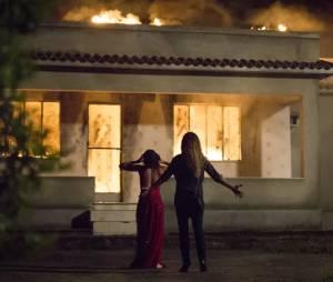 """Novela """"A Regra do Jogo"""": Atena (Giovanna Antonelli) e Tóia (Vanessa Giácomo) incendeiam Romero (Alexandre Nero) e viram assunto nas redes sociais!"""
