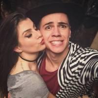 Biel e Nah Cardoso fazem selfie agarradinhos, gravam para o Youtube e cantor se declara para a gata