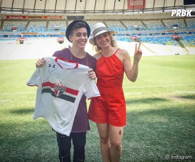 """Biel ficou super emocionado quando recebeu uma blusa do São Paulo, autografada por Rogério Ceni, no programa """"Estrelas"""""""