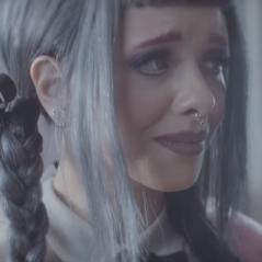 """Melanie Martinez lança clipe de """"Cry Baby"""", faixa-título de seu álbum de estreia. Assista!"""