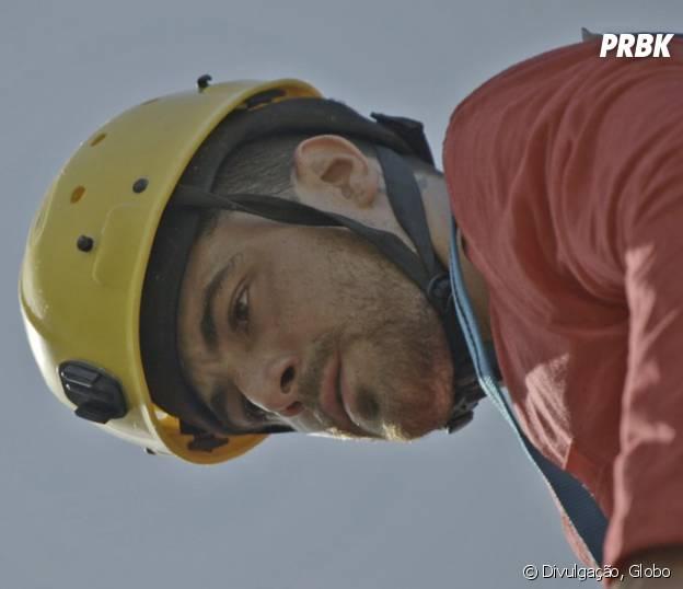 """Novela """"Malhação"""": Samurai (Felipe Titto) provoca Rodrigo (Nicolas Prattes) e rapaz escorrega na pedra!"""
