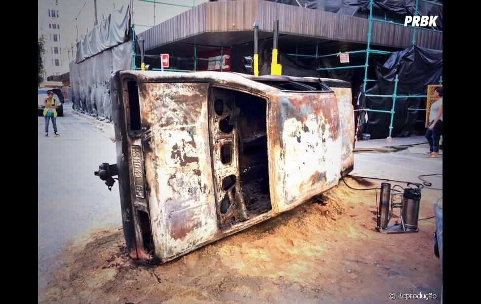 Carro queimado no set de gravação de