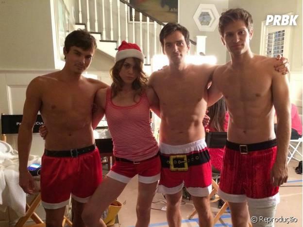 "Ian Harding, Keegan Allen e Tyler Blackburn, de ""Pretty Little Liars"", tiram a camisa em clima de Natal"