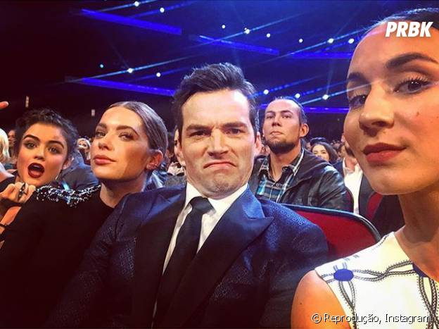 "Olha a galera de ""Pretty Little Liars"" se divertindo no People's Choice Awards 2016! A cara do Ian Harding é impagável, né?"