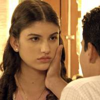 """Novela """"Êta Mundo Bom!"""": Gerusa (Giovanna Grigio) pede para Osório contar a verdade sobre doença!"""