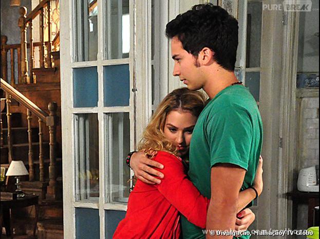 """Meg (Chrysti Ane Lopes) surge para atrapalhar o romance de Anita (Bianca Salgueiro) e Ben (Gabriel Falcão) em """"Malhação""""!"""