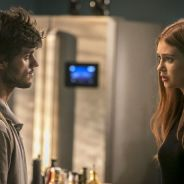 """Final """"Totalmente Demais"""": Jonatas (Felipe Simas) é esfaqueado e Eliza doa fígado para salvá-lo!"""