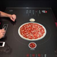 Pizza Hut lança mesa interativa para cliente montar sua pizza