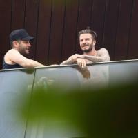 David Beckham aparece sem camisa na sacada do hotel no Rio. Veja fotos!