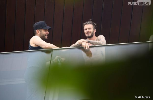 David Beckham aparece sem camisa na sacada da varanda do hotel Fasano, na tarde desta quinta-feira, 6 de março de 2014