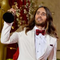 Jared Leto cai de escada e quebra estatueta do Oscar 2014
