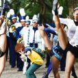 """De """"Carrossel 2 - Uma Aventura na Cidade"""": alunos da Escola Mundial chamam a atenção de uma famosa cantora que os convida para participar de um show!"""