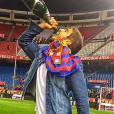 Caio Castro viajou para Madri, acompanhado de amigos, e assistiu a jogo entre Barcelona e Sevilla