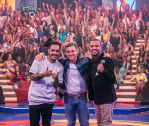 """Projota e Marcelo D2 posam com Luciano Huck, nos bastidores do """"Caldeirão do Huck"""""""