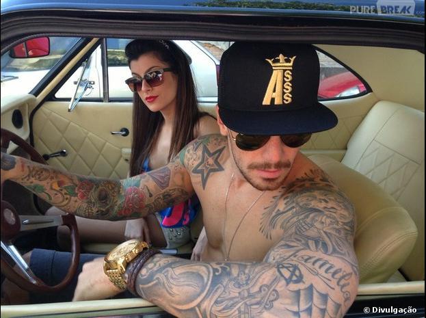 Felipe Titto posa sem camisa para catálogo de verão e deixa tanquinho a mostra